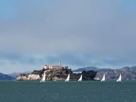 Weiße Segel vor Alcatraz